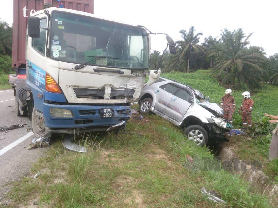TIGA wanita maut, manakala tujuh lagi cedera apabila kereta naiki berlanggar dengan treler. FOTO Ihsan Bomba