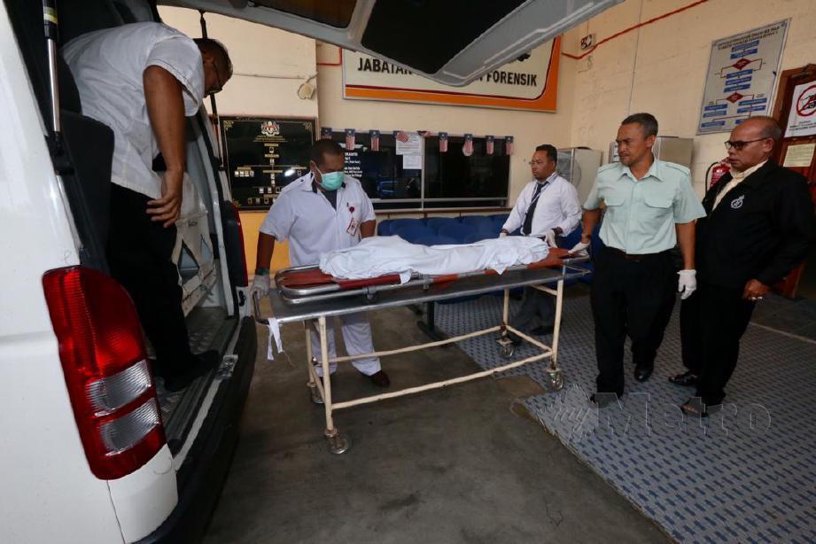 JENAZAH Nasri Rosli, 3, yang meninggal dunia petang semalam dipercayai akibat dijangkiti radang paru-paru sejak sembilan hari lalu telah dibawa keluar dari Bilik Forensik, Hospital Raja Perempuan Zainab II (HRPZ II) untuk dibedahsiasat di Hospital Gua Musang sebelum dikebumikan di perkampungan Orang Asli Kuala Koh, Gua Musang. FOTO Zaman Huri Isa
