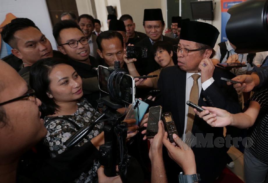 ABANG Johari memberi maklum balas beliau mengenai isu GST pada sidang media di Kuching. FOTO Hazreen Mohamad