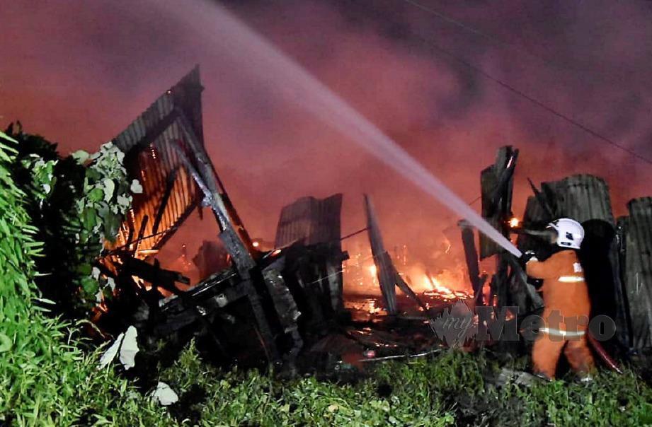 ANGGOTA bomba bertungkus lumus memadam kebakaran di Kampung Teck Guan, Lahad Datu. FOTO Ihsan Bomba