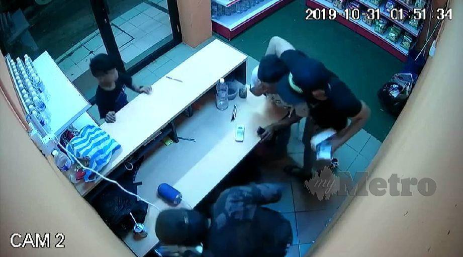 DUA lelaki menyamun kedai serbaneka 24 jam di Bandar Wilayah, Lahad Datu. FOTO Ihsan PDRM