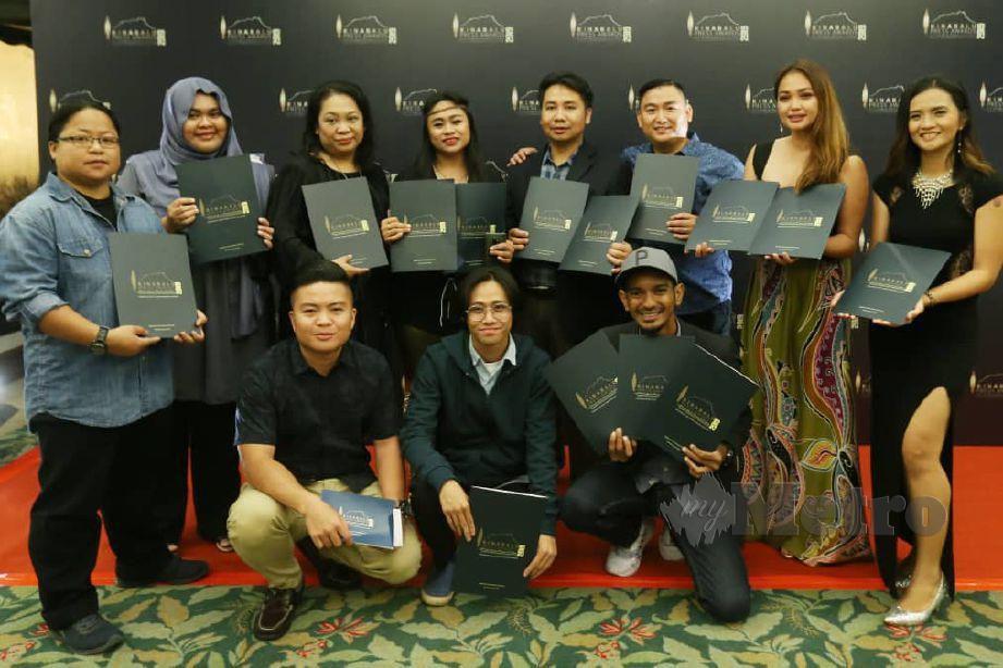 WARTAWAN dan jurugambar NSTP yang meraih hadiah utama dalam Kinabalu Press Award di Hotel Magellan Sutera. FOTO NSTP