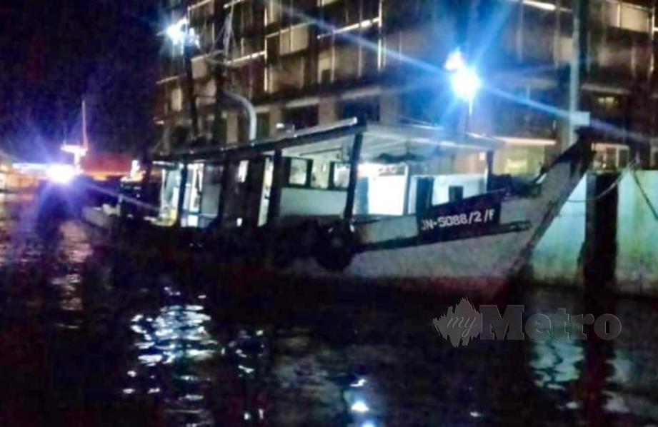 PASUKAN Polis Marin (PPM) menahan sebuah bot nelayan kapal tunda dalam operasi Op Gelora disyaki beroperasi di kawasan tidak dibenarkan di perairan Tanjung Merangis, Pulau Gaya. FOTO Ihsan PPM