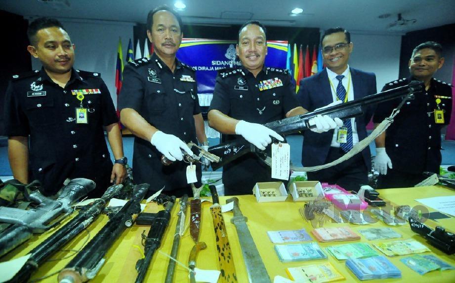 ZAINI (tengah) menunjukkan antara barangan yang dirampas dalam Op Laras di Kampung Sinar Jaya, Kinabatangan. FOTO Fardy Bungga.