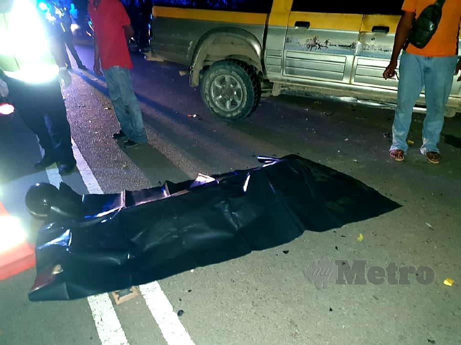 MAYAT wanita berusia 30-an yang meninggal dunia selepas motosikal yang ditunggangi bersama seorang kanak-kanak terbabit dalam kemalangan dengan sebuah kenderaan pacuan empat roda di Parit Panjang. FOTO Ihsan Bomba