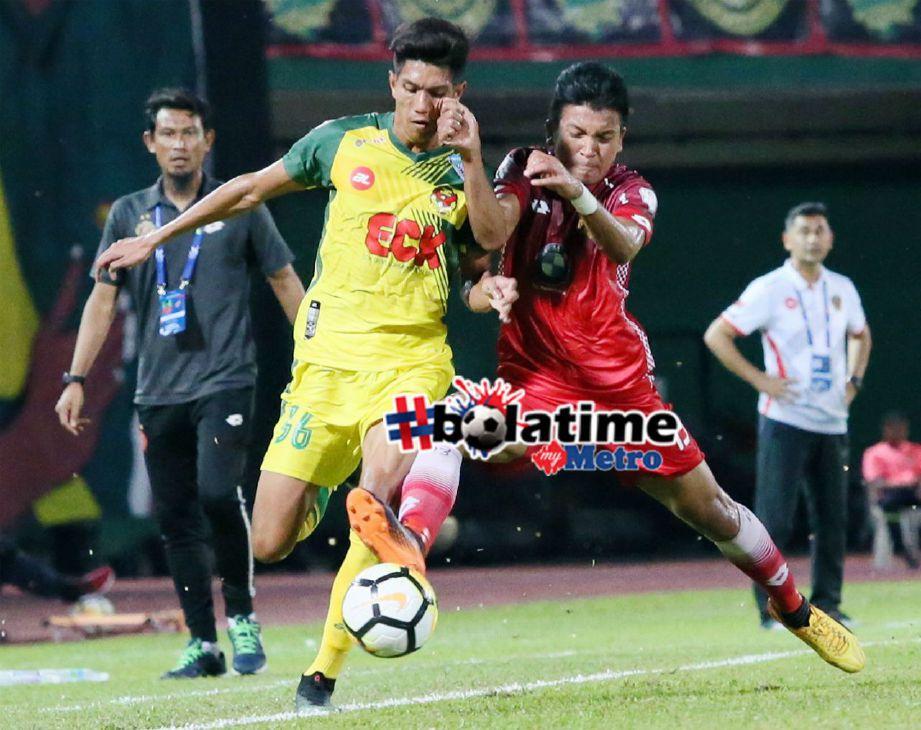 PEMAIN Kedah, Mohd Fazrul Danel Mohd Nizam (kiri) berebut bola dengan pemain Kelantan, Mohamad Azwan Mohd Aripin pada aksi saingan Piala Malaysia Kumpulan C di Stadium Darul Aman. Foto NSTP/AMRAN HAMID