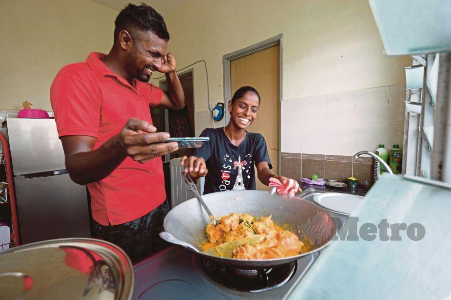 Pavithra bersama suaminya, Sugu ketika aktif merakam video masakan untuk saluran Youtube mereka. Foto Bernama