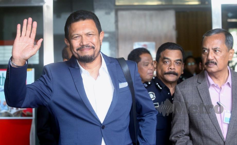 ZUL Aznam (kiri) keluar dari bilik prosiding selepas memberi keterangan ketika sesi pendengaran awam RCI mengenai penemuan kem penempatan sementara dan kubur di Wang Kelian, Perlis di Putrajaya, hari ini. FOTO Mohd Fadli Hamzah.