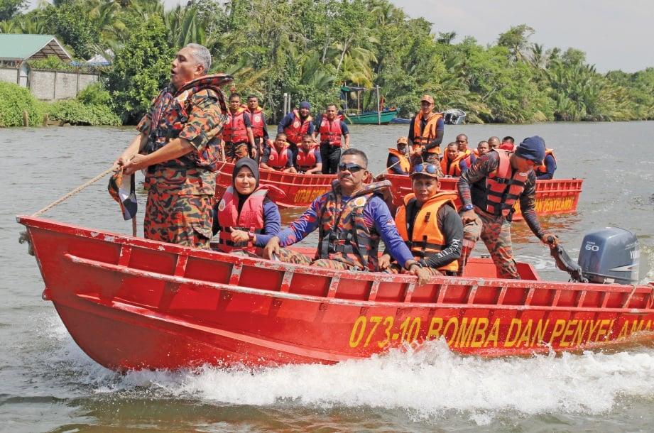 PESERTA diajar teknik pemanduan bot dalam pelbagai situasi. FOTO Nik Abdullah Nik Omar