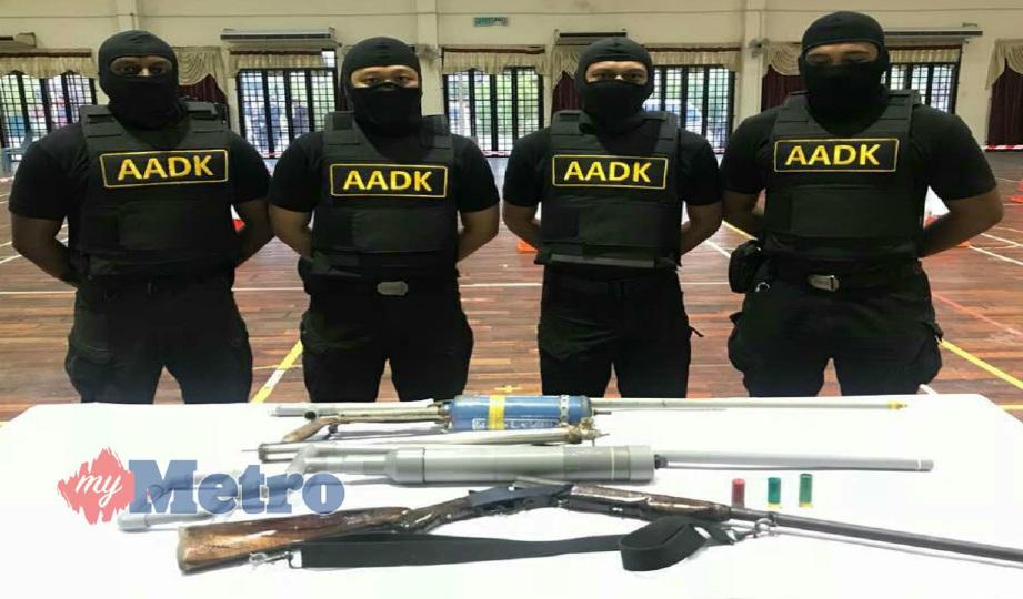 ANGGOTA STRIKE bersama senjata api dan bahan letupan yang dirampas di FELCRA Teratak Batu, Pasir Puteh, Kelantan, Ahad lalu. FOTO Ihsan AADK