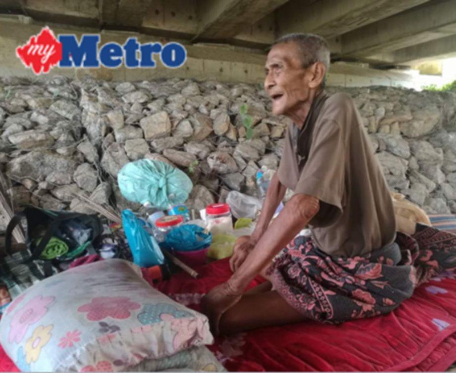 Abdullah tinggal berseorangan di bawah jambatan dengan pangkin dibina sebagai tempat tidurnya.  FOTO Rokaid Chik
