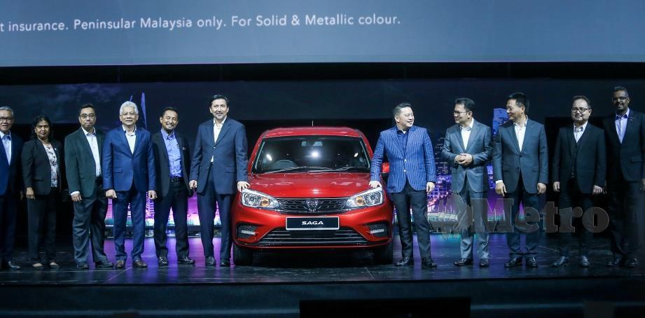 MENTERI Perdagangan Antarabangsa dan Industri, Datuk Darell Leikinh (lima dari kanan) merasmikan Proton Saga 2019 sempena majlis perasmian Proton Saga 2019 di MITEC.