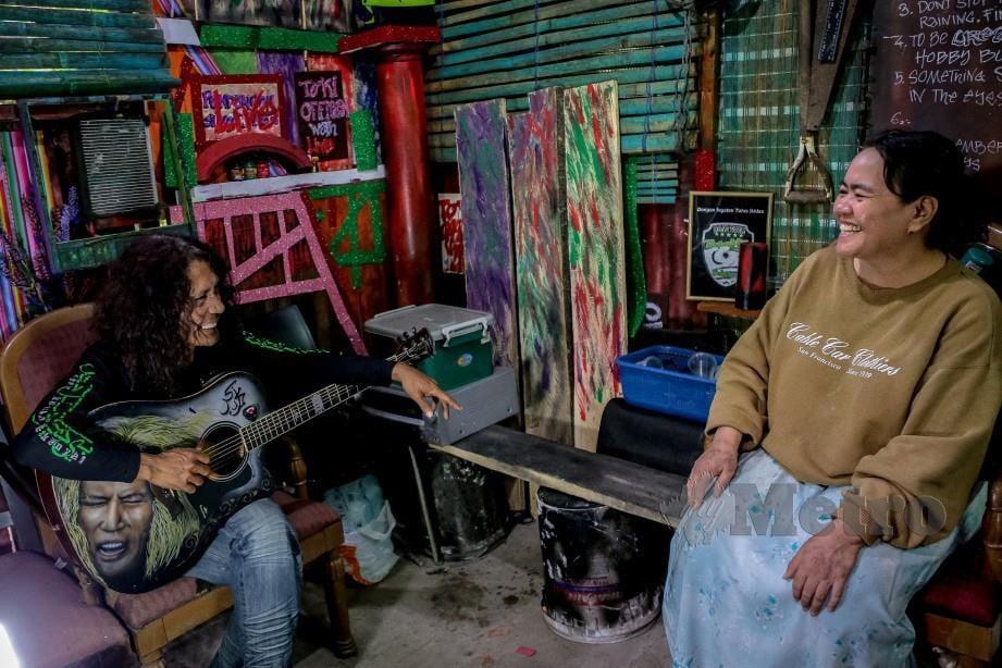 TO'KI bersama Fairuz (kanan) di pondok yang didiami mereka di Batu 12, Gombak. FOTO ASYRAF HAMZAH
