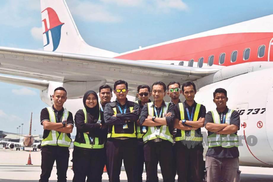 PETUGAS bertanggungjawab memastikan penumpang menerima bagasi dengan selamat. FOTO NSTP