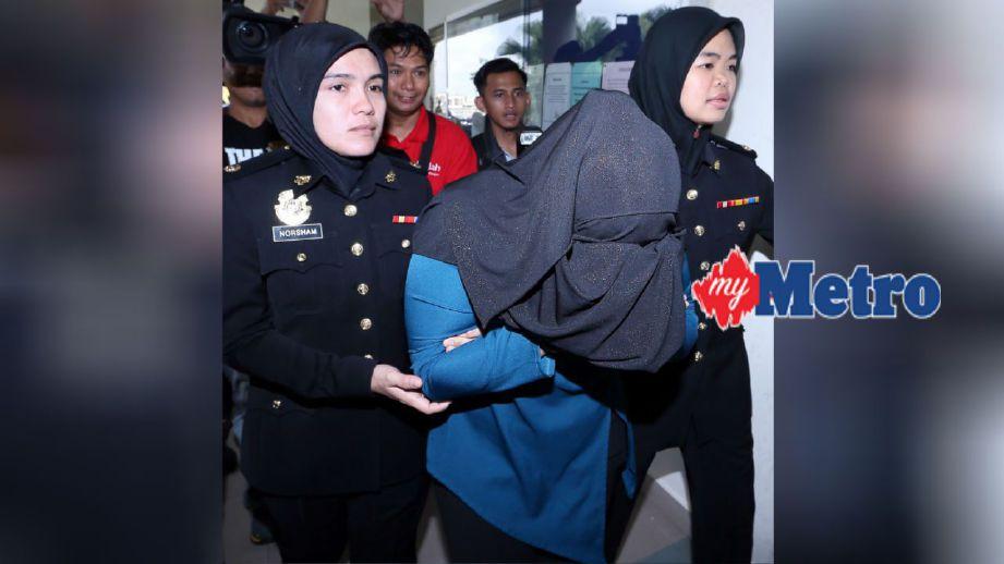 Pegawai SPRM mengiringi Afifah ke Mahkamah Sesyen Alor Setar untuk dituduh atas kesalahan meminta suapan bernilai RM2,000 daripada seorang lelaki berkaitan kes akta racun pada 15 Disember 2015 lalu. FOTO Amran Hamid