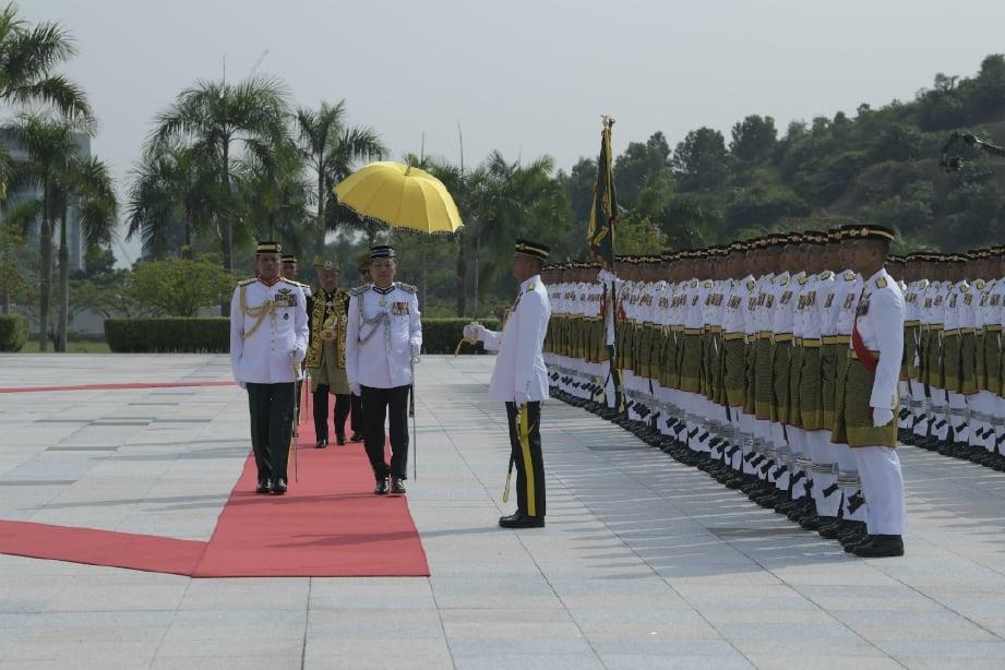 YANG di-Pertuan Agong Al-Sultan Abdullah Ri'ayatuddin Al-Mustafa Billah Shah berkenan memeriksa pasukan Kawalan Kehormat Utama yang dibarisi 107 anggota Batalion Pertama Rejimen Askar Melayu Diraja (RAMD) sempena istiadat pertabalan baginda di Istana Negara hari ini. FOTO BERNAMA