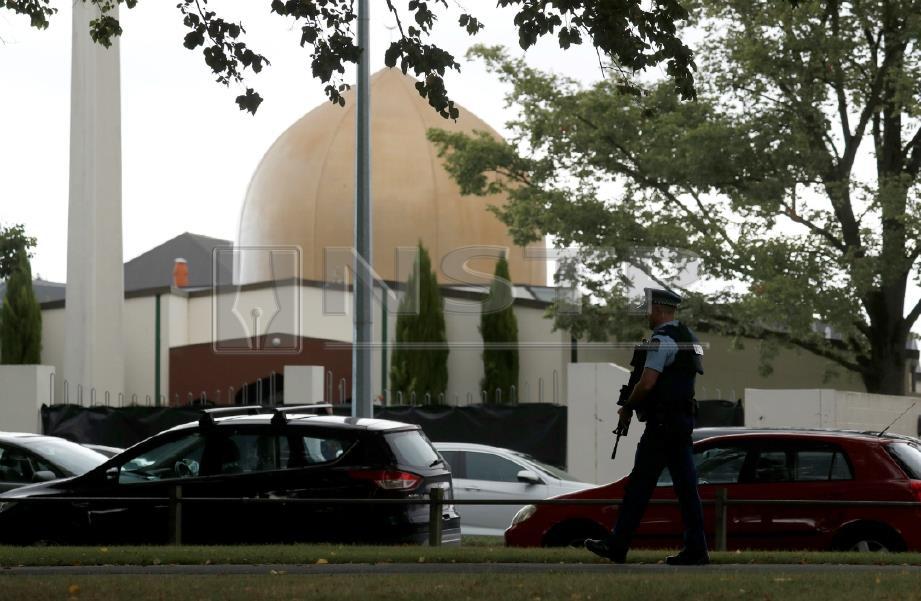 POLIS berkawal di kawasan sekitar Masjid Al-Noor, antara dua masjid yang diserang pengganas di Christchurch. FOTO Reuters