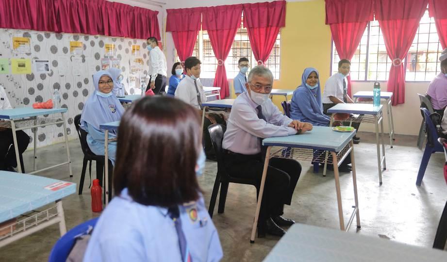 YANG di-Pertuan Agong Al-Sultan Abdullah Ri'ayatuddin Al-Mustafa Billah Shah berkenan beramah mesra dengan pelajar Sekolah Menengah Kebangsaan Danau Kota ketika membuat lawatan kerja ke sekolah itu, semalam. FOTO BERNAMA