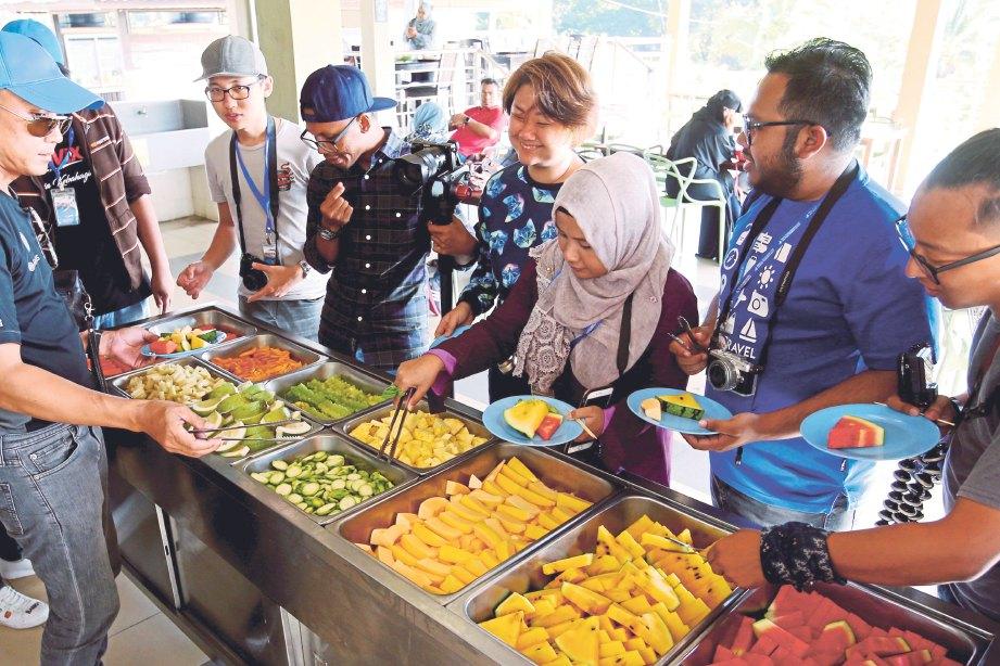 PESERTA menikmati buah-buahan di MARDI Langkawi.