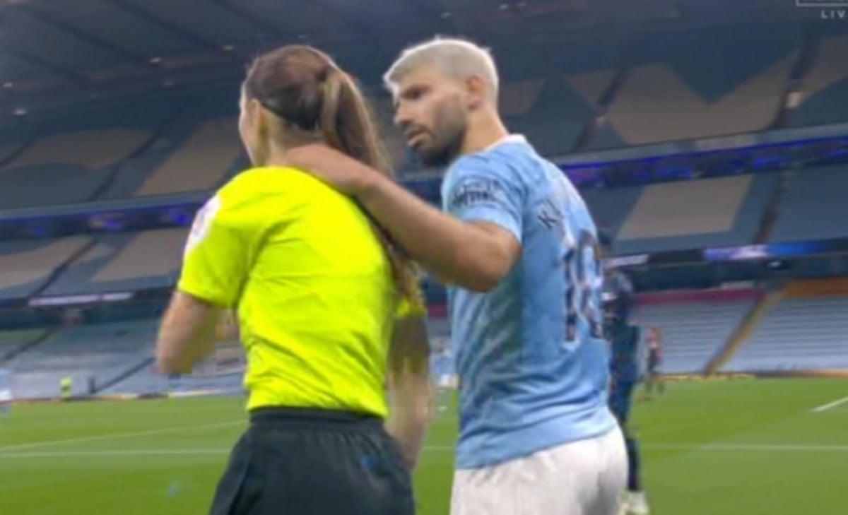 INSIDEN Aguero memegang bahu dan leher pembantu pengadil wanita ketika City menentang Arsenal. FOTO Agensi