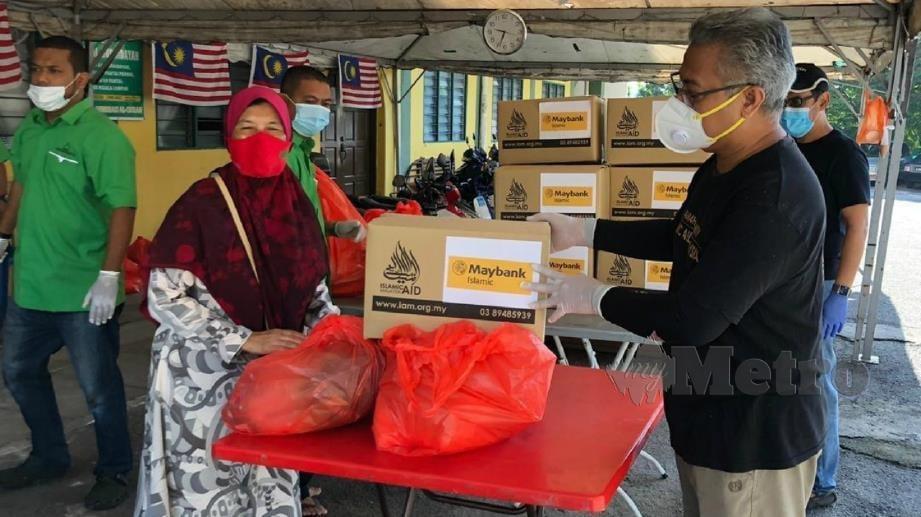 Islamic Aid Malaysia mengagihkan bantuan keperluan asas kepada 250 keluarga di Lembah Pantai. FOTO Ihsan AIM