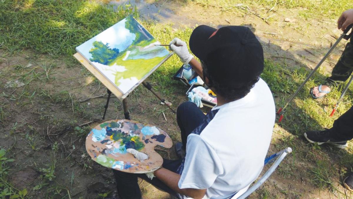 PELUKIS turut meluangkan masa melukis di Sungai Belemok.