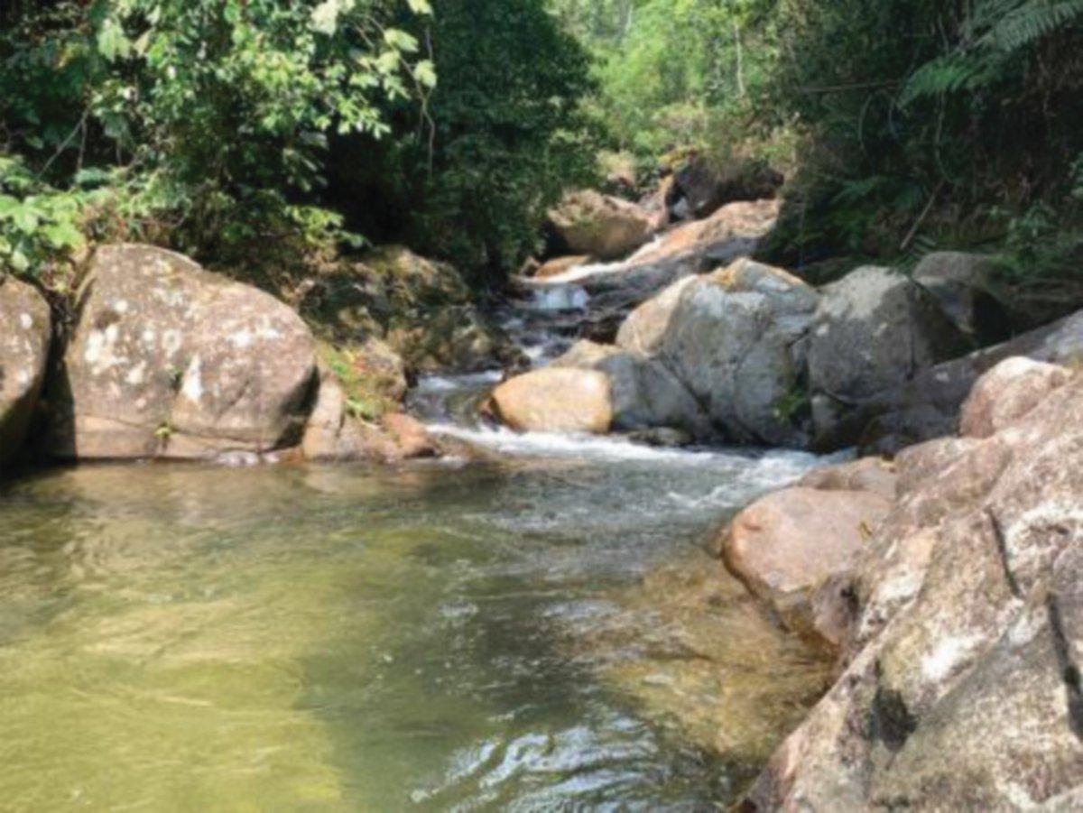UNTUK sampai ke lokasi Air Terjun Lata Makau pengunjung perlu meredah hutan terlebih dahulu dan perjalanannya mengambil masa dua hingga tiga jam.