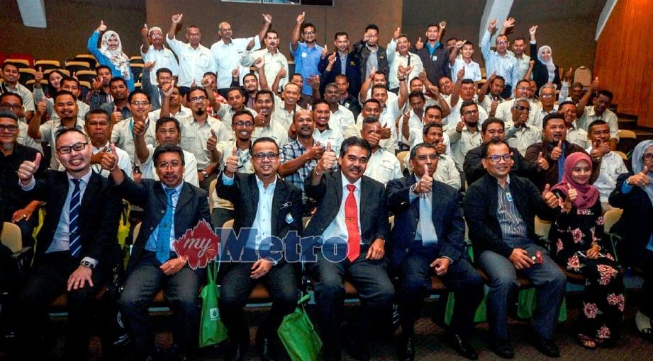 JASENI (depan, empat dari kiri) bergambar bersama peserta pada Promosi Program 'Sijil Kemahiran Malaysia Melalui Kaedah Pengiktirafan Pencapaian Terdahulu' di KOMTAR, Georgetown, hari ini. FOTO Shahnaz Fazlie Shahrizal.