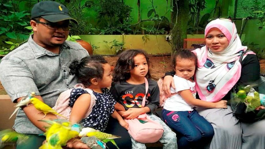 HANA Aisyah (tengah) bersama ahli keluarga di Taman Hidupan Liar Langkawi, hari ini. Foto HAMZAH OSMAN