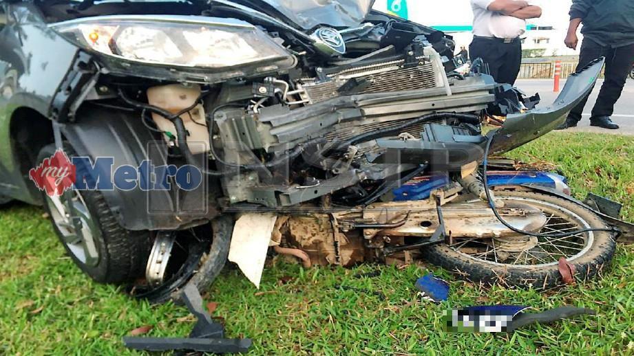 KEADAAN motosikal milik mangsa yang maut selepas terbabit kemalangan dengan sebuah kereta di Kilometer 4 Jalan Jasin-Bemban, Jasin, hari ini. FOTO Ihsan PDRM