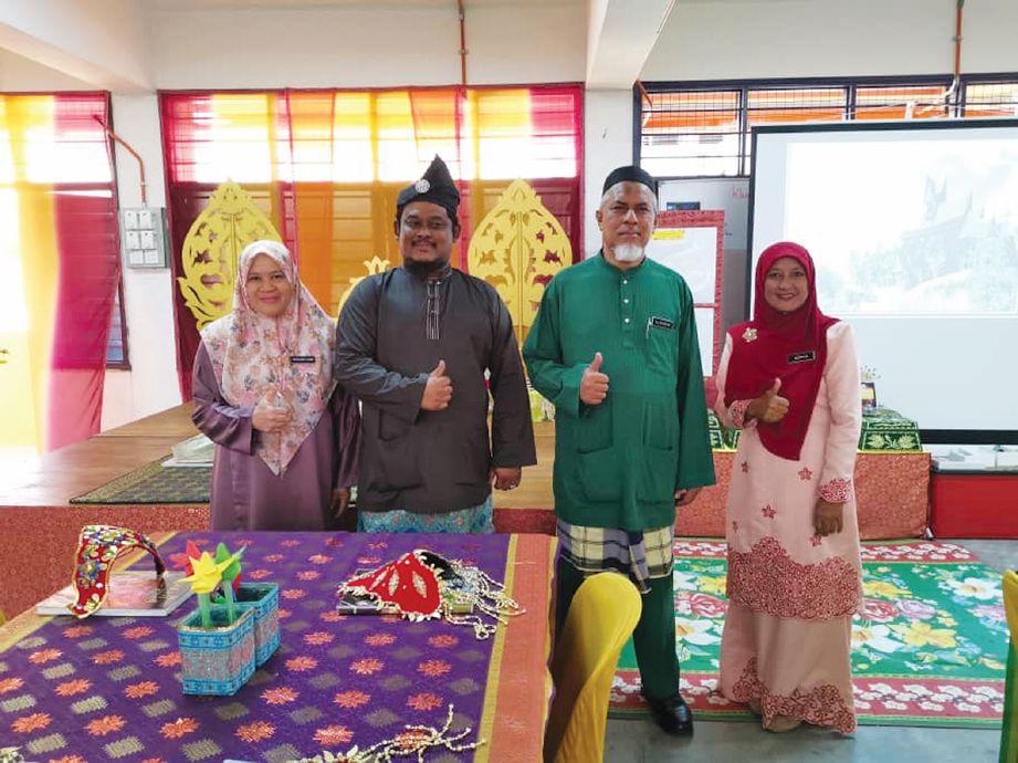 ZAIDI (dua kiri) bersama barisan pentadbiran sekolah yang sentiasa memberi sokongan.