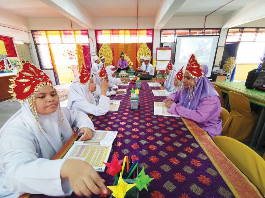 MEJA pelajar dilapik dengan kain songket bagi menampilkan ciri tradisional Melayu.