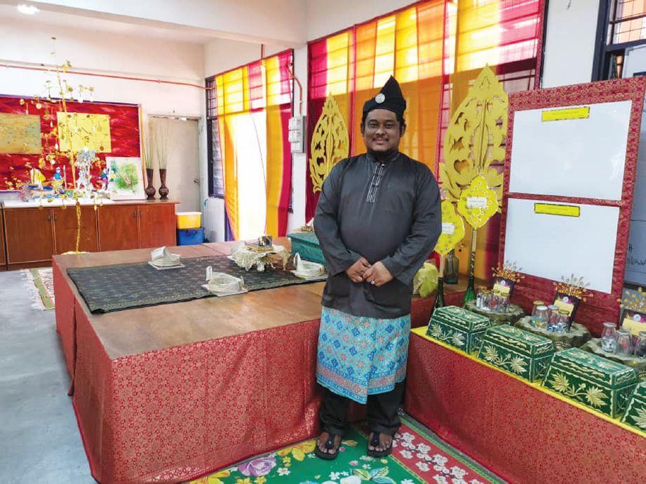 ZAIDI berada di hadapan prop kesultanan Melayu.