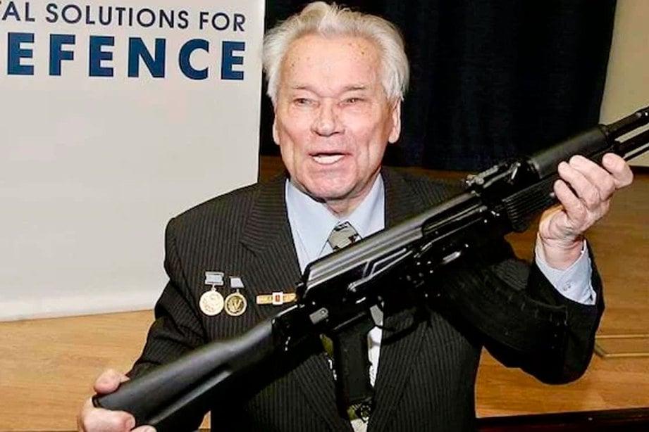PENCIPTA raifal AK-47, Mikhail Kalashnikov, memegang raifal AK-103 di Moscow pada 2006. FOTO AFP