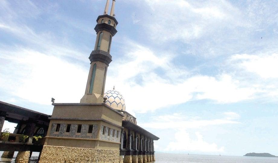 MASJID al-Hussain dibina di atas laut menonjolkan ciri sebagai masjid terapung di Kuala Perlis.
