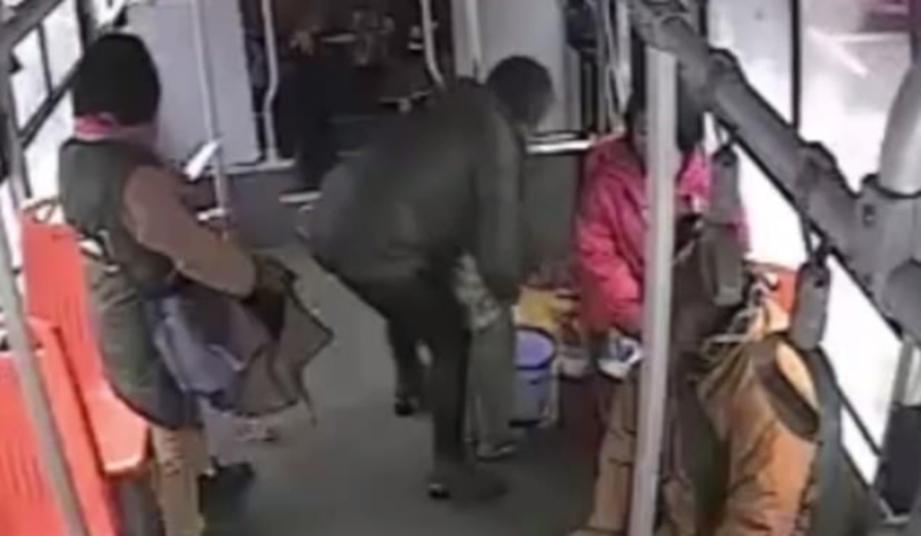 CHEN menyuruh anaknya kencing dalam tong sampah di sebuah bas. - Foto Daily Mail