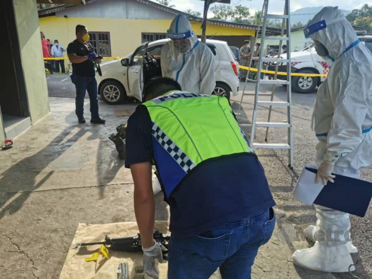ANGGOTA polis memeriksa senjata yang digunakan dalam kejadian amuk. FOTO ihsan polis