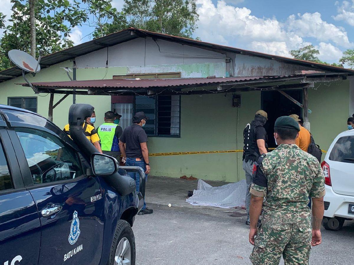 POLIS memeriksa mayat anggota tentera yang maut di Kampung Kolong 1, Jalan Matang, hari ini. FOTO ihsan pembaca