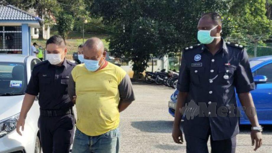 Tertuduh diiringi anggota polis sebaik tiba di pekarangan Mahkamah Sesyen Kuala Pilah, hari ini. FOTO Amran Yahya.