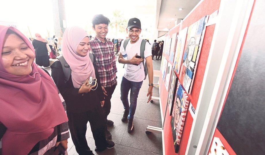 PENUNTUT melihat karya dihasilkan peserta program Negaraku Showcase 2018 dengan lebih dekat.