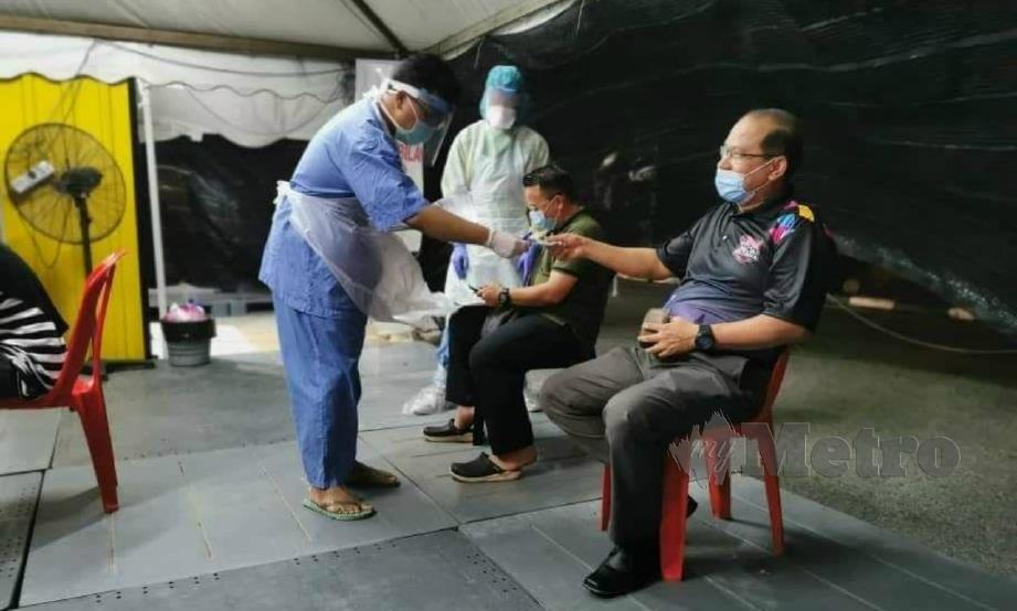 AHMAD Amzad membuat ujian Covid-19 di HSNZ Kuala Terengganu, malam tadi. FOTO ihsan FB Timbalan Menteri Sains, Teknologi dan Inovasi.