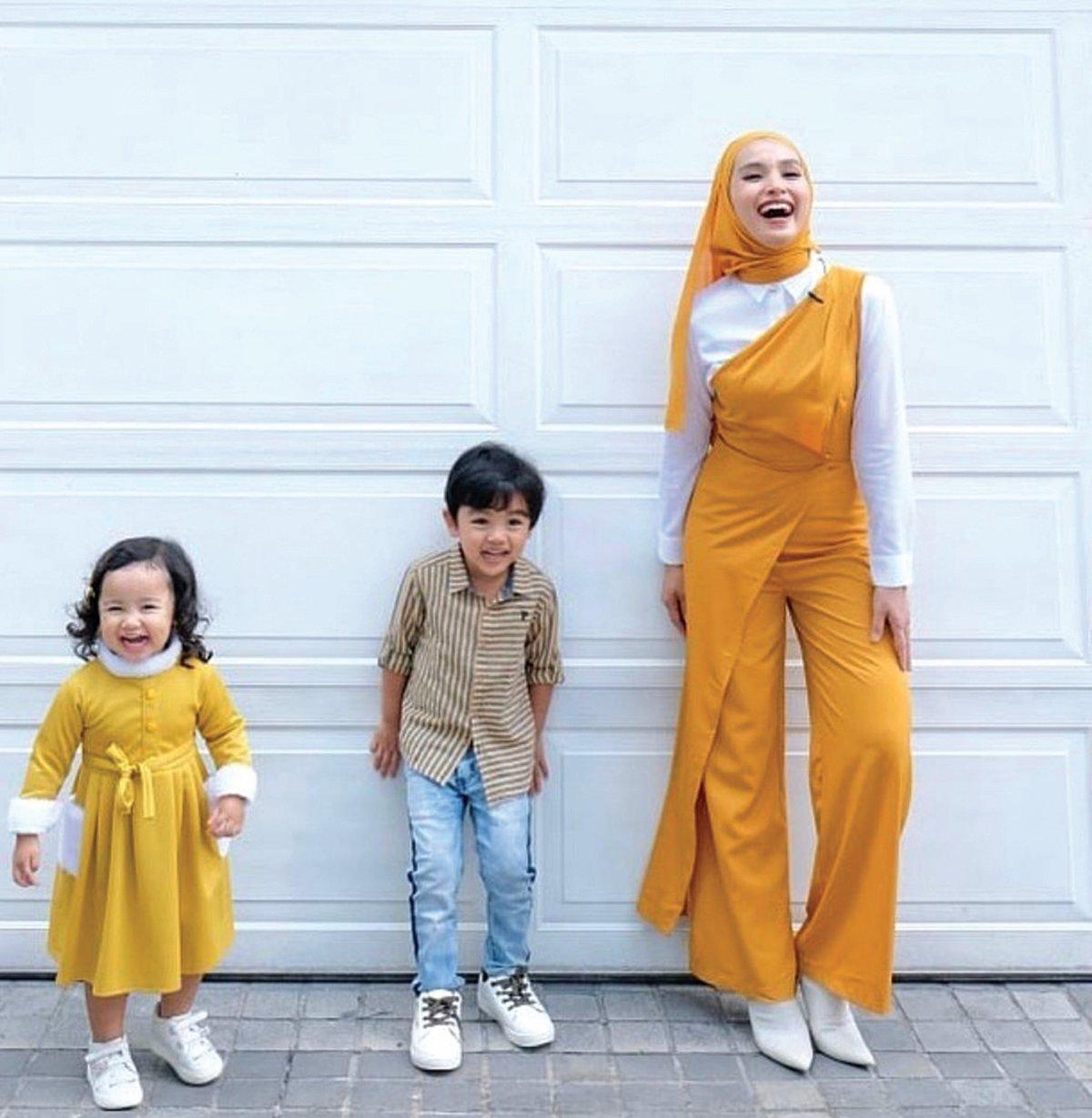 KASIH ibu, meskipun sibuk Tya tetap ada masa bersama dua anaknya.