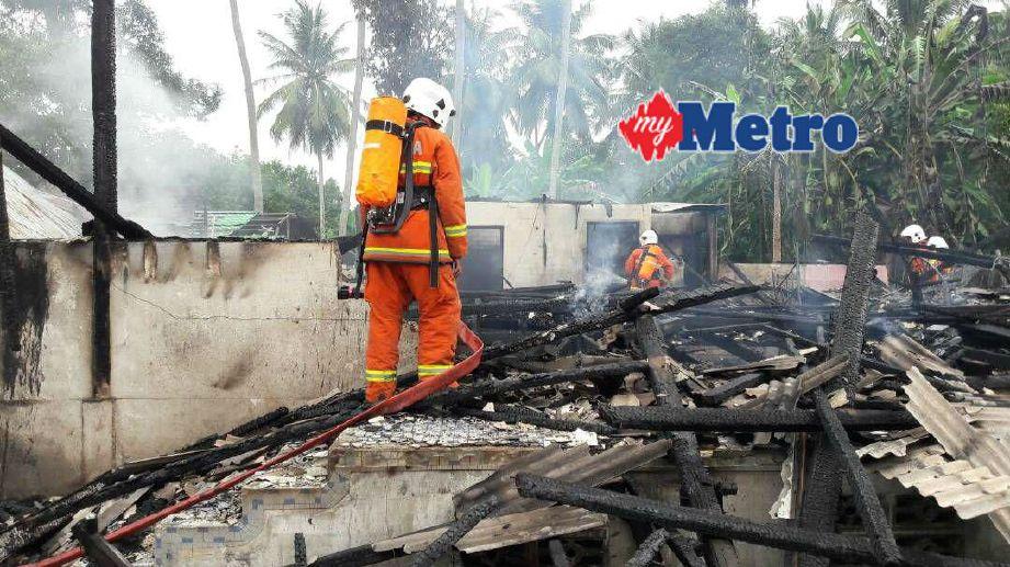 Anggota bomba menjalankan pemeriksaan di kawasan kejadian. FOTO  Siti Rohana Idris
