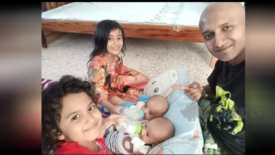SALAHUDDIN bersama empat anaknya.