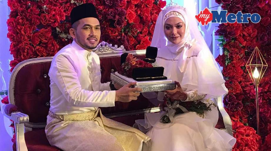 Anis bersama suaminya selepas majlis akad nikah.