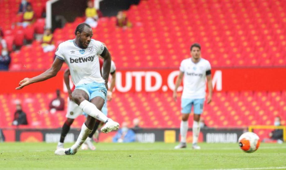 AKSI Antonio menjaringkan penalti di Old Trafford. FOTO Agensi