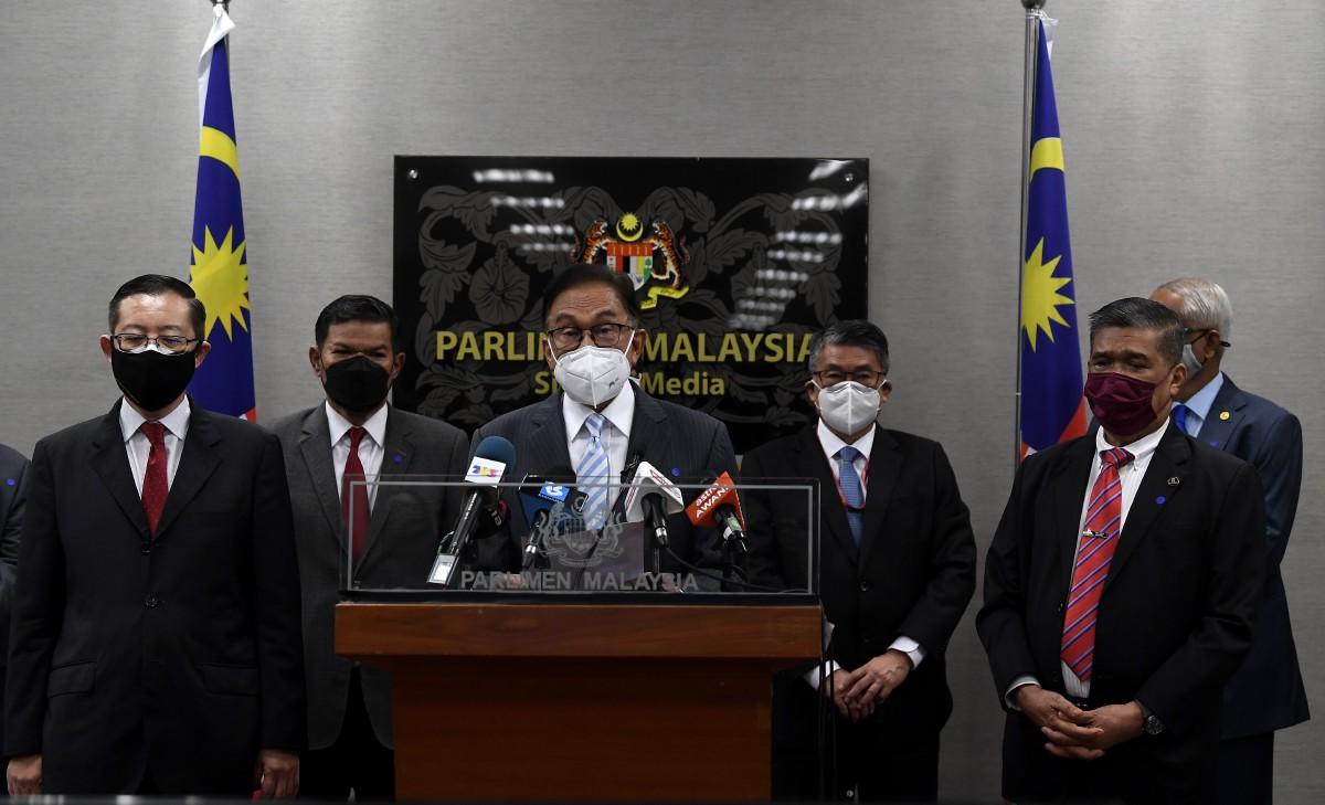 Ketua Pembangkang Datuk Seri Anwar Ibrahim (tengah) bersama kepimpinan tertinggi parti pembangkang, gambar fail. FOTO Bernama