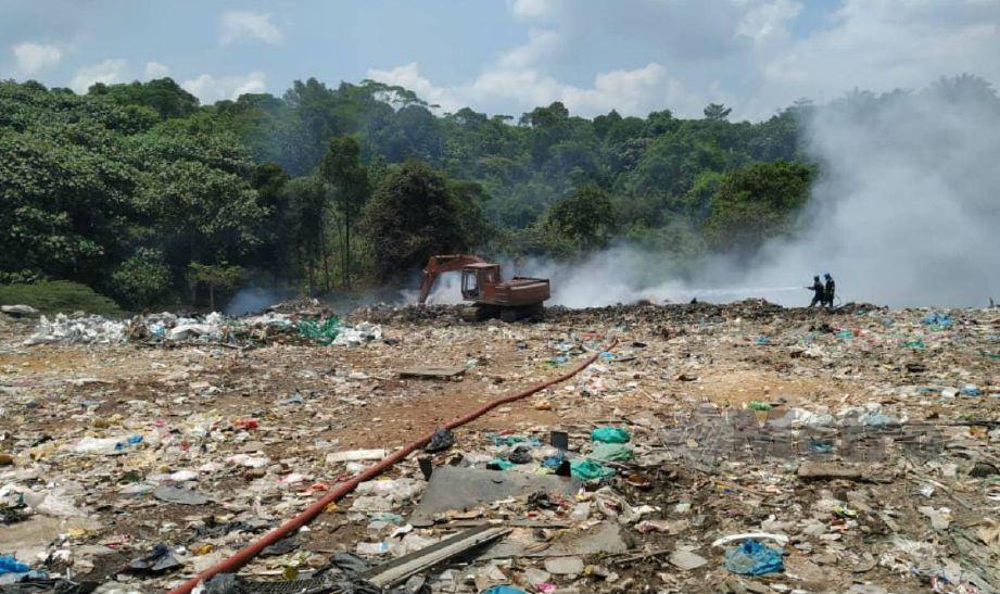 Anggota bomba terus berusaha memadamkan kebakaran timbunan sampah di tapak pelupusan Tanjung Kidurong, Bintulu. Foto Erika George