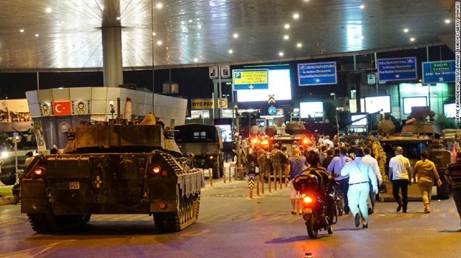Tentera Turki menghantar kereta kebal untuk mengawal Lapangan Terbang Antarabangsa Atartuk, Istanbul, ketika cubaan rampasan kuasa, Sabtu lalu. - Foto Agensi