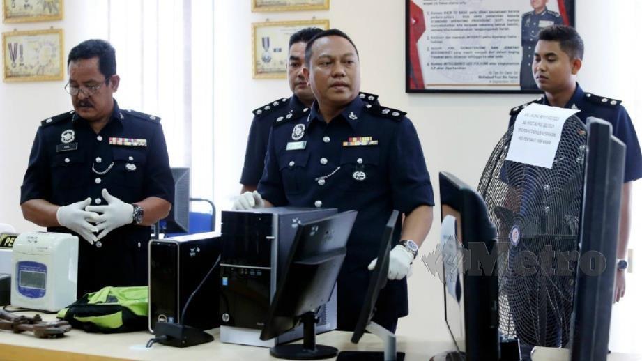 Mohd Khaizam (dua kanan) menunjukkan barang hasil pecah rumah dan kilang yang ditemui polis. FOTO Muhaizan Yahya